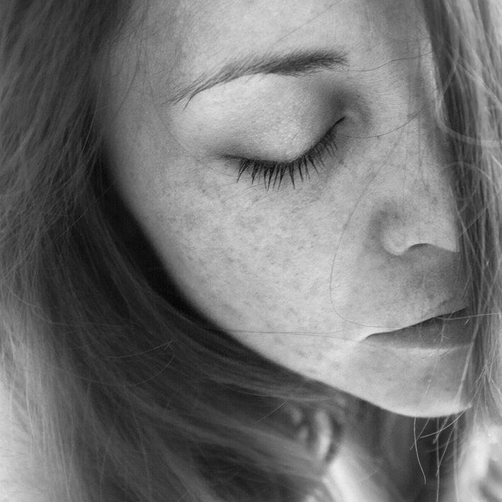fotografía artística en blanco y negro mujer sueño
