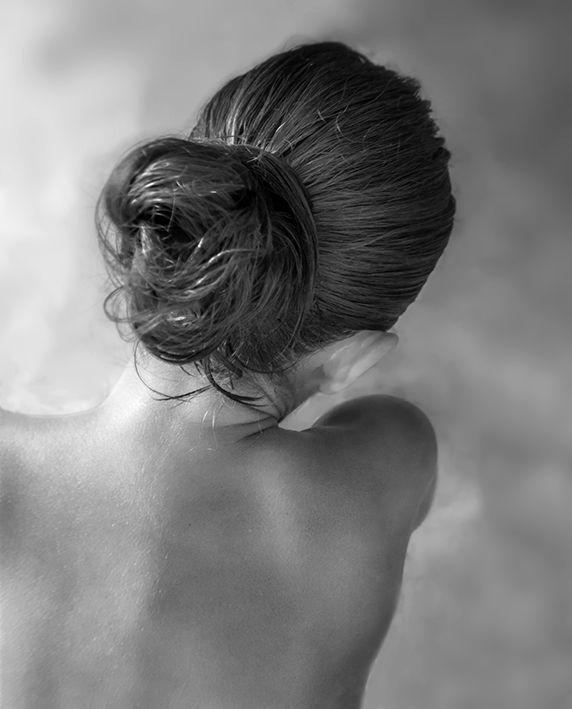 fotografía artística en blanco y negro mujer espalda moño peinado